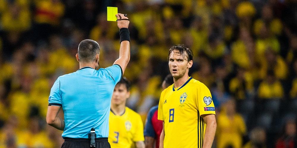 Albin Ekdal får gult kort