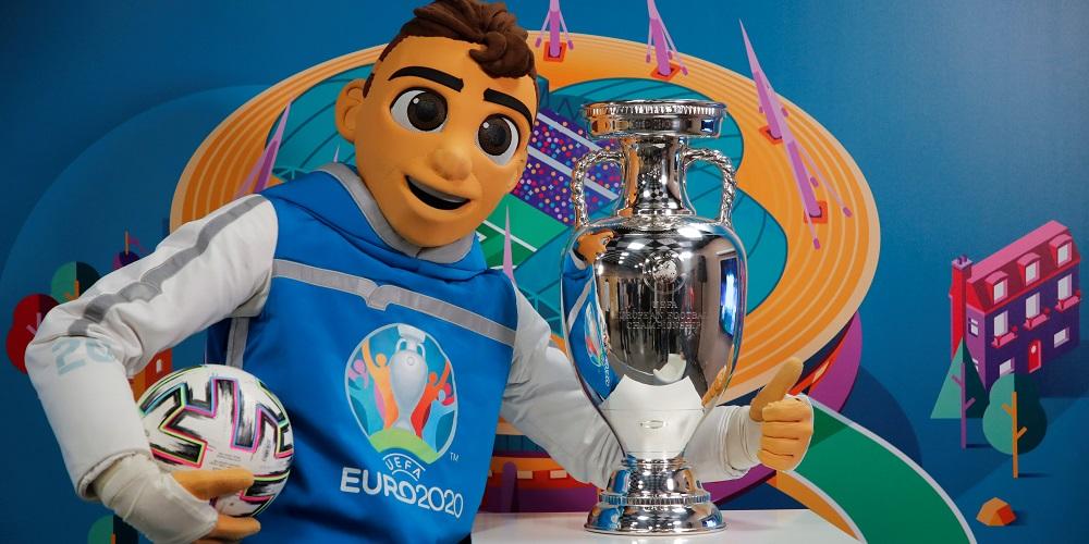 Fotbolls EM 2020 pokal och maskot